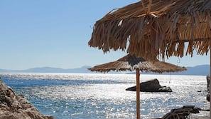 In Strandnähe, Liegestühle, Sonnenschirme, Strandbar