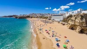 Beach nearby, white sand, sun-loungers, 4 beach bars