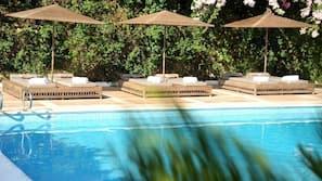 시즌별로 운영되는 야외 수영장, 11:00 ~ 18:00 오픈, 일광욕 의자