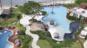 Hồ bơi ngoài trời phục vụ theo mùa, dù/ô trên bãi biển/hồ bơi