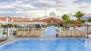Udendørs pool, åben fra kl. 10.00 til kl. 18.00, parasoller, liggestole