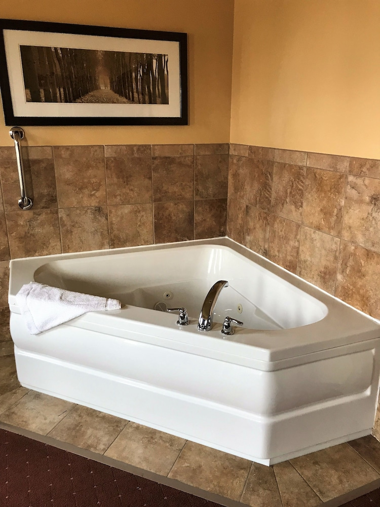 Jetted Tub, AmericInn by Wyndham Fargo Medical Center