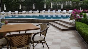 Outdoor pool, lifeguards on site
