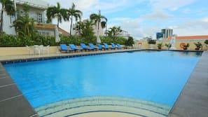 室外泳池;06:00 至 21:00 開放;泳池傘