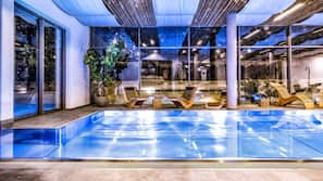Piscina coperta, piscina all'aperto, ombrelloni da piscina, lettini