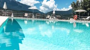 Piscine extérieure (ouverte en saison), piscine avec cascade