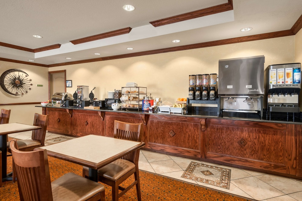 Breakfast Area, Country Inn & Suites by Radisson, Tampa Casino-Fairgrounds, FL