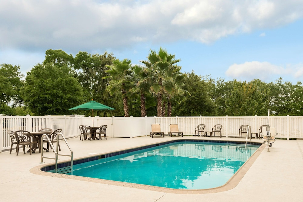 Outdoor Pool, Country Inn & Suites by Radisson, Tampa Casino-Fairgrounds, FL