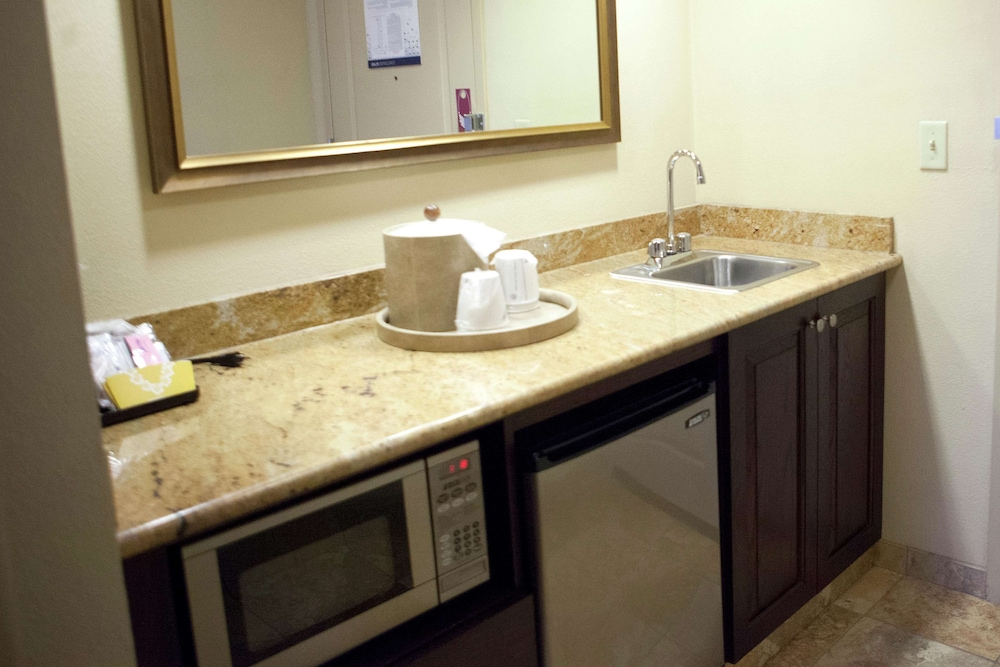Private Kitchenette, Hampton Inn Rochester Webster