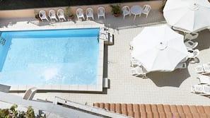 สระว่ายน้ำกลางแจ้งเปิดตามฤดูกาล, ร่มริมสระว่ายน้ำ, เก้าอี้อาบแดดริมสระ