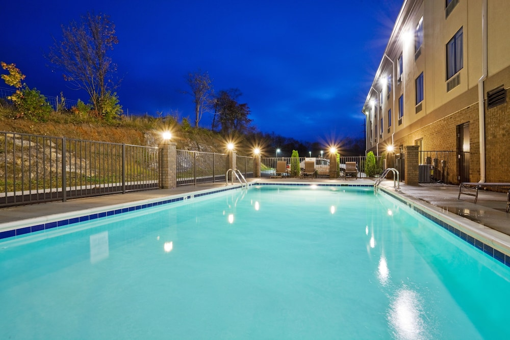 Pool, Holiday Inn Express Troutville