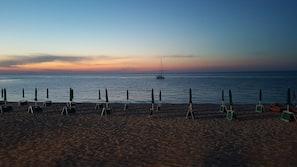 Una spiaggia nelle vicinanze, sabbia bianca, ombrelloni