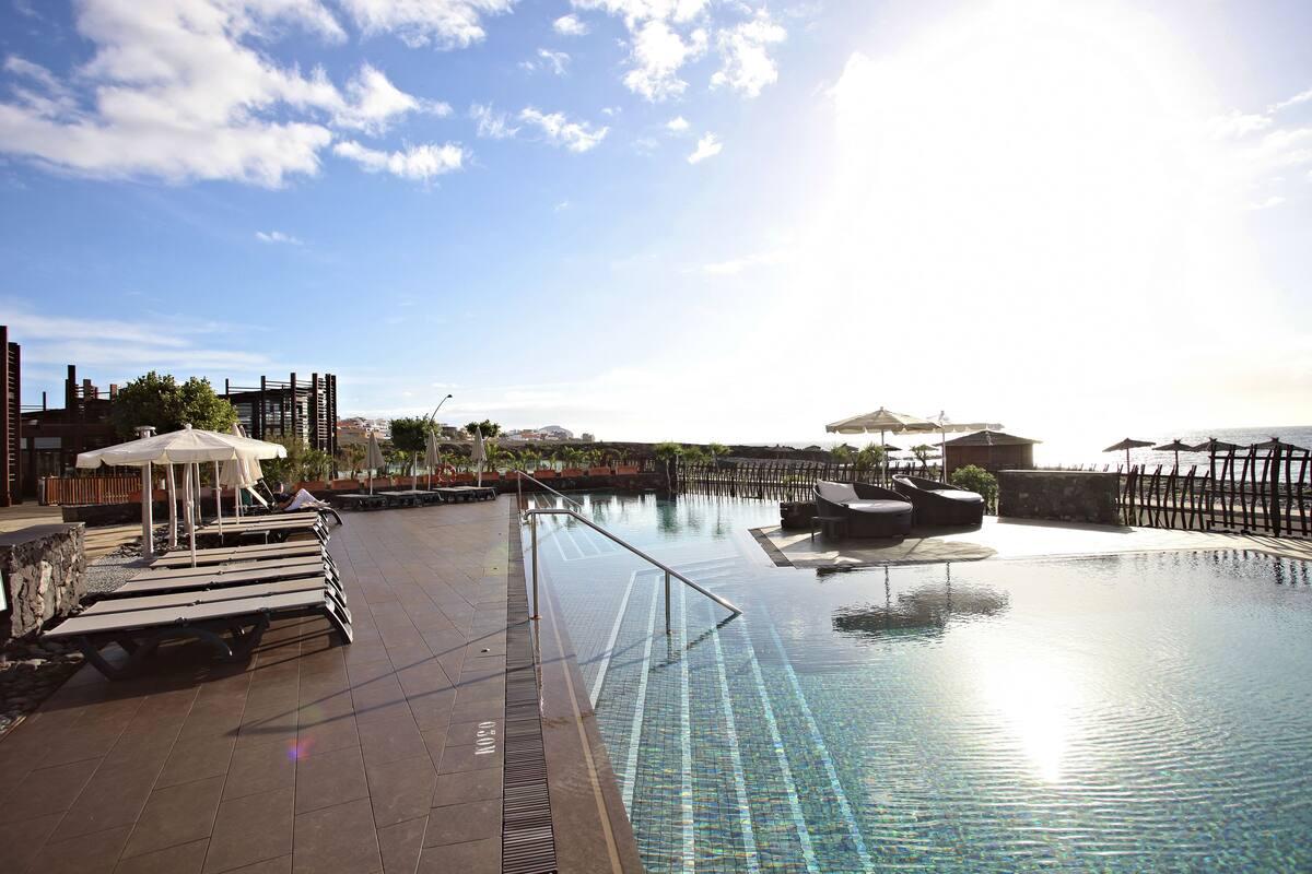 8 piscinas al aire libre (de 10:00 a 18:00), sombrillas, tumbonas