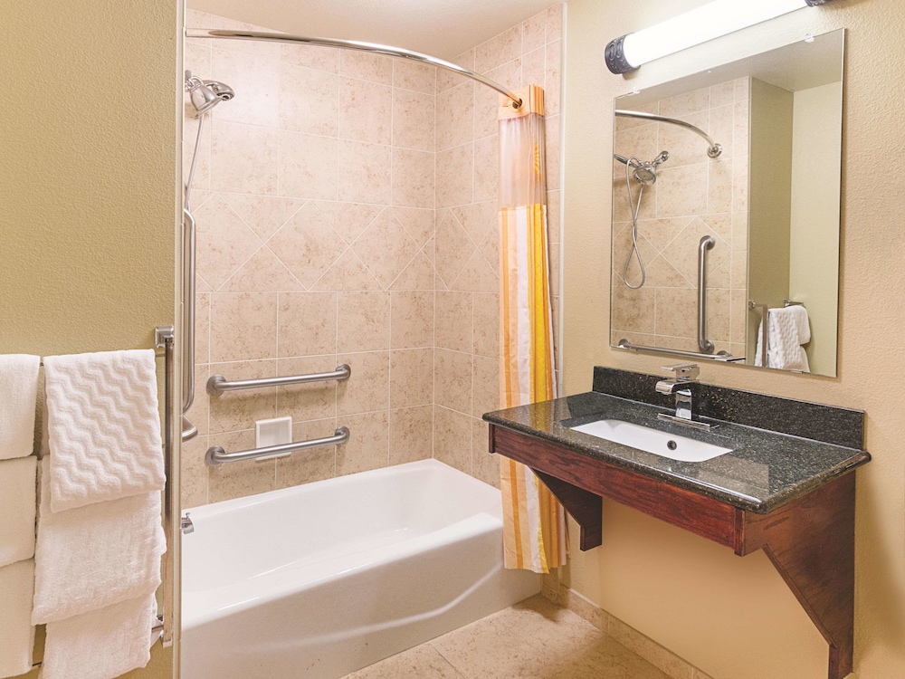 Bathroom, La Quinta Inn & Suites by Wyndham Woodway - Waco South