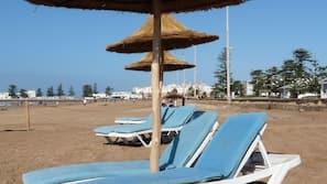 Plage privée à proximité, chaises longues, parasols