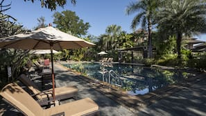 3 outdoor pools, open 7:00 AM to 6:00 PM, pool umbrellas, pool loungers