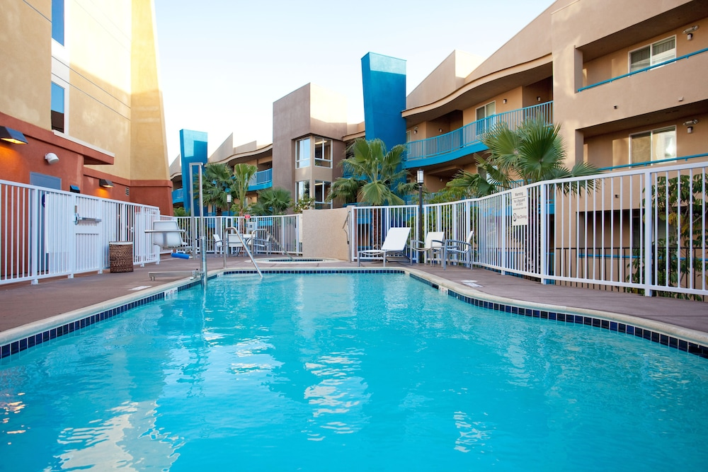 Outdoor Pool, Holiday Inn Oceanside Camp Pendleton Area, an IHG Hotel