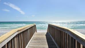 Sulla spiaggia, sabbia bianca