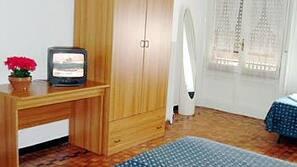Een minibar, een bureau, een strijkplank/strijkijzer, gratis wifi