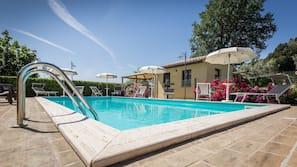 季节性开放的室外游泳池,08:00 至 19:30 开放,池畔遮阳伞,日光浴躺椅