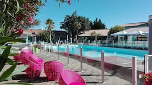Piscina all'aperto, ombrelloni da piscina, lettini