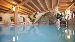 2 piscines couvertes, piscine extérieure, chaises longues
