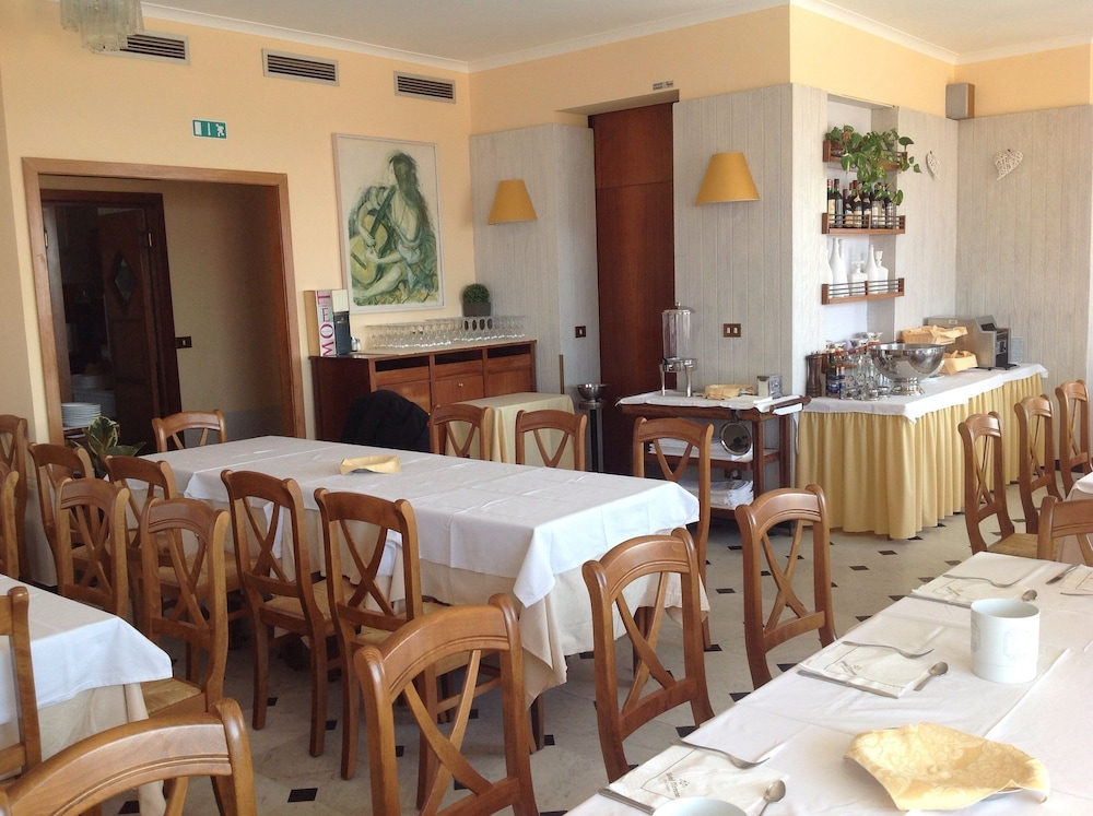 Breakfast Area, Hotel Tirreno