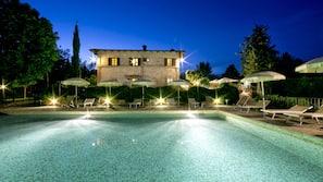 Una piscina al aire libre, una piscina en la azotea, sombrillas