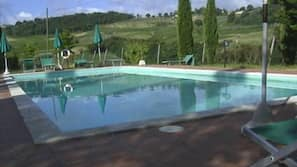 Piscina stagionale all'aperto, ombrelloni da piscina, lettini