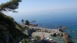 Plage privée à proximité, sable noir, chaises longues, snorkeling
