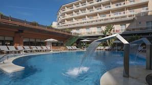 Una piscina cubierta, 3 piscinas al aire libre