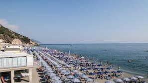 Privat strand i närheten, solstolar, parasoller och snorkling