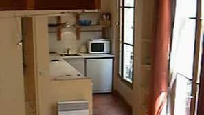 Kühlschrank, Mikrowelle, Herd, Wasserkocher mit Kaffee-/Teezubehör