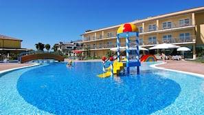 Piscina coperta, 7 piscine all'aperto, ombrelloni da piscina, lettini