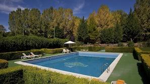 Una piscina al aire libre de temporada (de 11:30 a 20:30), sombrillas