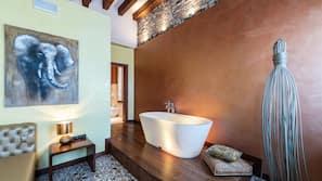 Minibarvarer (inkludert), safe på rommet og individuelt dekorert