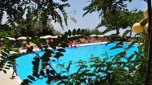 Piscina all'aperto, una piscina con cascata, ombrelloni da piscina
