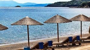 In Strandnähe, Liegestühle, Sonnenschirme, Strandtücher