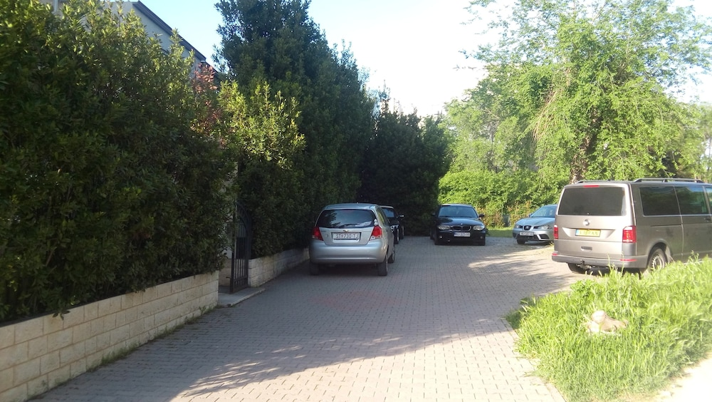 Parking, Villa Marjela