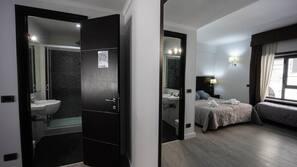 Lenzuola Frette, minibar, una cassaforte in camera, una scrivania