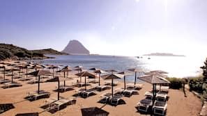 Am Strand, Cabañas (gegen Gebühr), Liegestühle, Sonnenschirme