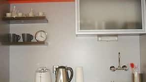 Machine à expresso, batterie de cuisine, vaisselle et ustensiles