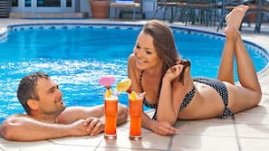 Outdoor pool, open 9:00 AM to 6:00 PM, pool loungers