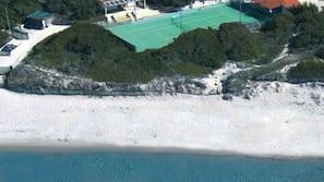 Sulla spiaggia, sabbia bianca, lettini da mare, ombrelloni