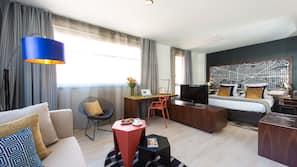Donzen dekbedden, een kluis op de kamer, een bureau, een laptopwerkplek