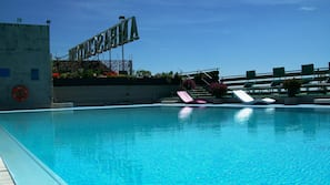 室內泳池、季節性室外泳池;10:00 至 19:30 開放;泳池傘、躺椅