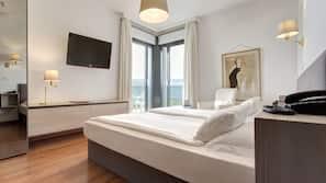 Hypo-allergenic bedding, down duvet, in-room safe, desk