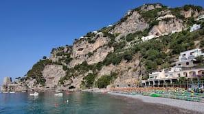 Yksityinen ranta, mustaa hiekkaa, maksullisia cabanoita, rantapyyhkeitä
