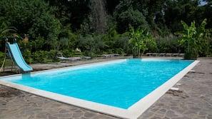 季节性开放的室外游泳池,10:00 至 20:00 开放,日光浴躺椅