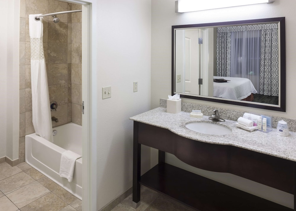 Bathroom, Hampton Inn & Suites Phoenix North/Happy Valley